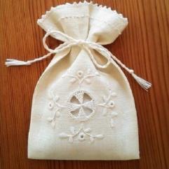ヤマナシヘムスロイドの北欧白糸刺繍